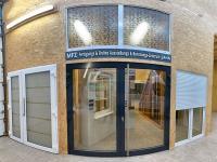 MFZ Innen Ausstellung - 2 flügelige Aluminium Haustür / Ladentür mit langem Edelstahl Stoßgriff