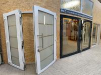 MFZ Innen Ausstellung - 2 flügelige Kunststoff Haustür / Ladentür mit Satiniertes & sandgestrahltes Glas mit Edelstahl Stoßgriff