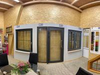 MFZ Innen Ausstellung - Aluminium Haustür mit Seitenteil Links & Aluminium Dreh Kipp Fenster mit Innenliegende Sprosse 18mm & Kunststofffenster 2-Flügelig Stulp mit Wiener Sprossen