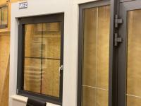 MFZ Innen Ausstellung - Aluminium Haustür mit Seitenteil Links & Aluminium Dreh Kipp Fenster mit Innenliegende Sprosse 18mm