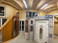 MFZ Innen Ausstellung - Kunststoff Haustür mit Edelstahl Applikationen & Holz Fenster & Dreiecksfenster