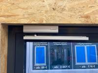 MFZ Innen Ausstellung - Obertürschließer ASSA Abloy mit Gleitschiene und 90 grad Feststelleinheit Farbe Silber