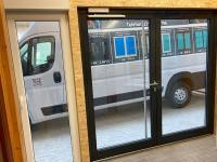 MFZ Innen Ausstellung - 2 flügelige Aluminium Haustür / Ladentür & Obertürschließer ASSA Abloy mit Gleitschiene und 90 grad Feststelleinheit Farbe Silber